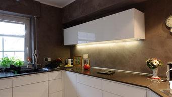 Weiße Küche mit dunklen Wänden