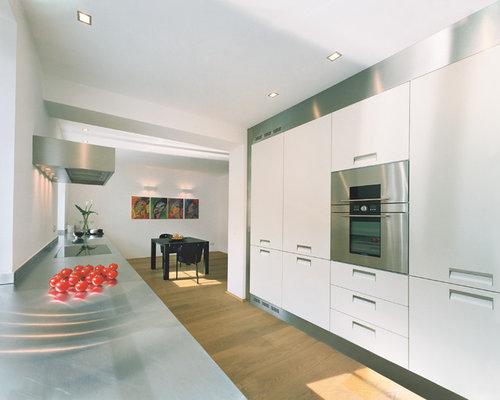 k chen mit edelstahl arbeitsplatte und braunem holzboden. Black Bedroom Furniture Sets. Home Design Ideas