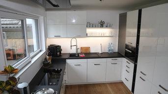 Weiße Küche mit schwarzer Arbeitsfläche