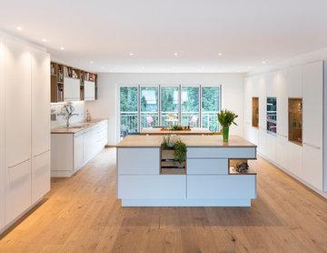 Weiße Küche mit Vollholzelementen
