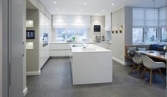 Weiße moderne und dazu schlichte Küche