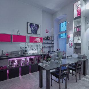 Geschlossene, Einzeilige, Große Moderne Küche ohne Insel mit integriertem Waschbecken, offenen Schränken, schwarzen Schränken, Küchenrückwand in Weiß, Küchengeräten aus Edelstahl, Betonboden, grauem Boden und schwarzer Arbeitsplatte in Berlin