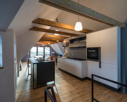 Offene, Zweizeilige, Mittelgroße Country Küche Mit Einbauwaschbecken,  Flächenbündigen Schrankfronten, Küchenrückwand In Grau