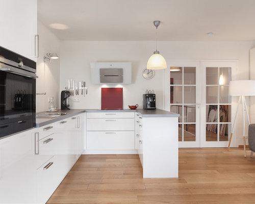 Offene, Mittelgroße Nordische Küche In U Form Mit Einbauwaschbecken,  Flächenbündigen Schrankfronten, Weißen