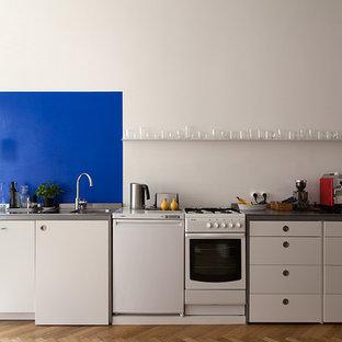Wohnküche mit blauem Akzent