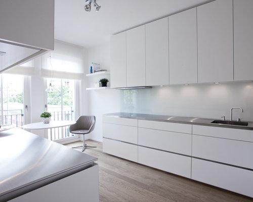 k chen mit edelstahl arbeitsplatte und braunem holzboden ideen bilder. Black Bedroom Furniture Sets. Home Design Ideas