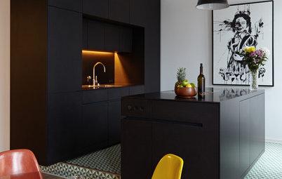 Für diese schwarze Wohnküche schrumpfte das Bad – ein voller Erfolg!