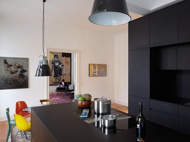 f r diese schwarze wohnk che schrumpfte das bad ein voller erfolg. Black Bedroom Furniture Sets. Home Design Ideas