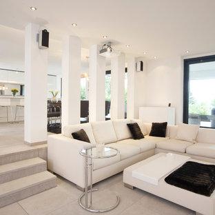 Großes, Offenes Modernes Wohnzimmer Mit Weißer Wandfarbe Und Betonboden In  Nürnberg