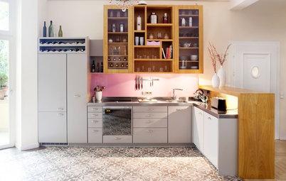 Eine Küche aus Zitronenholz mit einem Tresen als Raumteiler