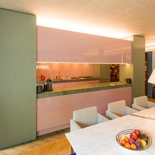 Zweizeilige Küche mit Akzenten in Pastell und massiver Granit-Arbeitsplatte