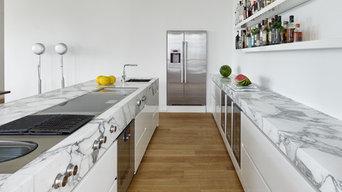 Zweizeilige weiße Küche mit modernen Elektrogeräten