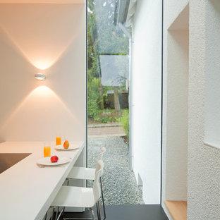 Offene, Mittelgroße, Einzeilige Moderne Küche mit schwarzem Boden und weißer Arbeitsplatte in Sonstige