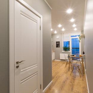 Esempio di una cucina nordica con ante lisce, ante bianche, paraspruzzi bianco, paraspruzzi con piastrelle in ceramica, pavimento in laminato, nessuna isola, pavimento arancione e top arancione