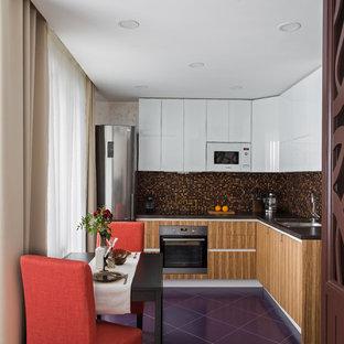 Пример оригинального дизайна: угловая кухня в современном стиле с фартуком из плитки мозаики, фиолетовым полом, плоскими фасадами, черной столешницей, обеденным столом, одинарной раковиной, белыми фасадами и разноцветным фартуком без острова