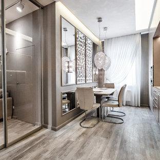 На фото: линейная кухня в современном стиле с накладной раковиной, серым полом, обеденным столом, фасадами в стиле шейкер, коричневыми фасадами и коричневой столешницей с