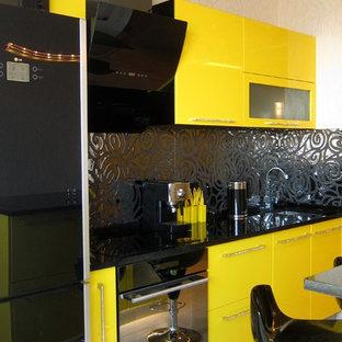 サンクトペテルブルクの小さいコンテンポラリースタイルのおしゃれなキッチン (フラットパネル扉のキャビネット、黄色いキャビネット、クオーツストーンカウンター、黒いキッチンパネル、セラミックタイルのキッチンパネル、黒い調理設備) の写真