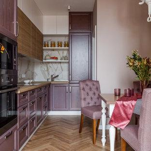 Свежая идея для дизайна: угловая кухня в современном стиле с обеденным столом, фиолетовыми фасадами, бежевым фартуком, коричневым полом и коричневой столешницей без острова - отличное фото интерьера