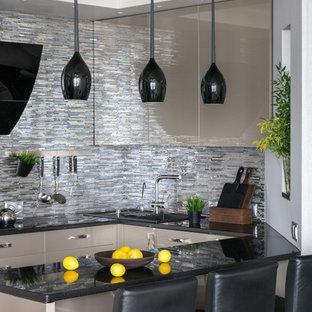 Выдающиеся фото от архитекторов и дизайнеров интерьера: п-образная кухня в современном стиле с накладной раковиной, плоскими фасадами, бежевыми фасадами, разноцветным фартуком, фартуком из удлиненной плитки и полуостровом
