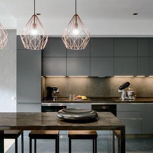 Идея дизайна: угловая кухня-гостиная среднего размера в современном стиле с серыми фасадами, столешницей из акрилового камня, фартуком из керамогранитной плитки, полом из керамогранита, серым полом, серой столешницей, врезной раковиной, плоскими фасадами, серым фартуком, черной техникой и островом