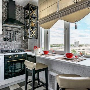Неиссякаемый источник вдохновения для домашнего уюта: отдельная, угловая кухня в стиле современная классика с фасадами с утопленной филенкой, белыми фасадами, черной техникой и серым фартуком без острова