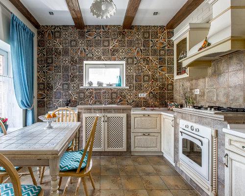 На фото: изолированные, угловые кухни в стиле кантри с фасадами с выступающей филенкой, фасадами цвета светлого дерева, коричневым фартуком, белой техникой и накладной раковиной без острова