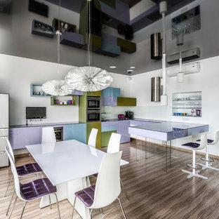 Свежая идея для дизайна: п-образная кухня-гостиная в современном стиле с плоскими фасадами, белым фартуком, фартуком из стекла, техникой из нержавеющей стали, светлым паркетным полом и полуостровом - отличное фото интерьера