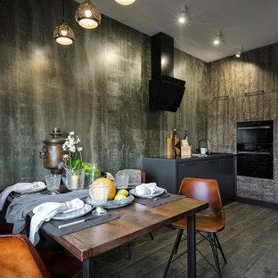 Новые идеи обустройства дома: кухня в современном стиле с обеденным столом, плоскими фасадами, искусственно-состаренными фасадами, черной техникой и коричневым полом