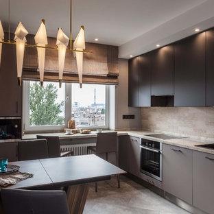 Свежая идея для дизайна: угловая кухня в современном стиле с накладной раковиной, плоскими фасадами, черными фасадами, бежевым фартуком, техникой из нержавеющей стали, серым полом, бежевой столешницей и обеденным столом - отличное фото интерьера