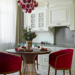 На фото: кухня в стиле современная классика с фасадами с выступающей филенкой, белыми фасадами, белым фартуком и серой столешницей с