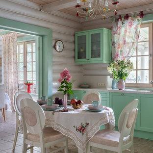 Неиссякаемый источник вдохновения для домашнего уюта: кухня в стиле кантри с обеденным столом, фасадами с утопленной филенкой, зелеными фасадами, бежевым полом и бежевой столешницей