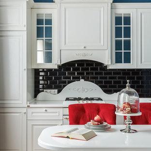 Источник вдохновения для домашнего уюта: кухня в стиле неоклассика (современная классика) с фасадами с выступающей филенкой, белыми фасадами, черным фартуком, фартуком из плитки кабанчик, белой техникой, светлым паркетным полом, бежевым полом и белой столешницей
