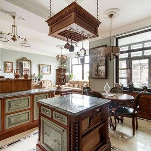 モスクワの中サイズのヴィクトリアン調のおしゃれなキッチン (エプロンフロントシンク、レイズドパネル扉のキャビネット、緑のキャビネット、タイルカウンター、ベージュキッチンパネル、セラミックタイルのキッチンパネル、カラー調理設備、セラミックタイルの床、ベージュの床) の写真
