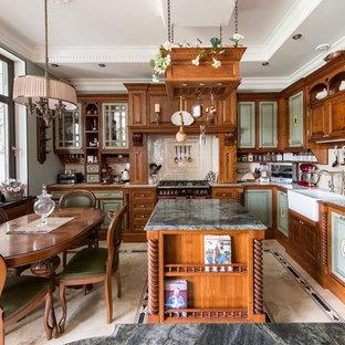 Стильный дизайн: п-образная кухня-гостиная среднего размера в викторианском стиле с раковиной в стиле кантри, фасадами с выступающей филенкой, зелеными фасадами, столешницей из плитки, бежевым фартуком, фартуком из керамической плитки, цветной техникой, полом из керамической плитки, островом и бежевым полом - последний тренд
