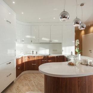 На фото: п-образная кухня-гостиная в современном стиле с плоскими фасадами, белыми фасадами, белым фартуком, техникой из нержавеющей стали, полуостровом, бежевым полом, белой столешницей и монолитной раковиной с