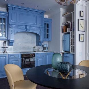 Новые идеи обустройства дома: линейная кухня среднего размера в современном стиле с фасадами с выступающей филенкой, синими фасадами, белым фартуком, черной техникой, темным паркетным полом, коричневым полом и белой столешницей без острова