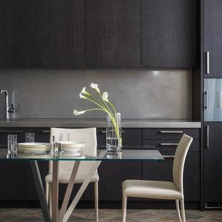 Пример оригинального дизайна интерьера: кухня в современном стиле с плоскими фасадами, черными фасадами и серым фартуком без острова