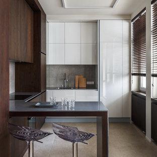 Неиссякаемый источник вдохновения для домашнего уюта: угловая кухня-гостиная среднего размера в современном стиле с врезной раковиной, плоскими фасадами, фасадами цвета темного дерева, столешницей из кварцита, серым фартуком, фартуком из керамогранитной плитки, техникой из нержавеющей стали и полом из керамогранита без острова