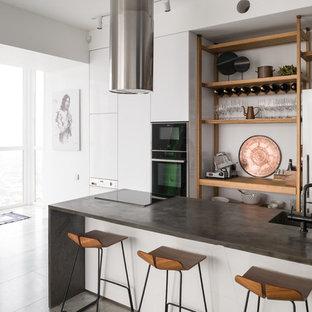 Неиссякаемый источник вдохновения для домашнего уюта: большая кухня в морском стиле с монолитной раковиной, плоскими фасадами, столешницей из бетона, бетонным полом, островом, серым полом, серой столешницей, белыми фасадами и техникой из нержавеющей стали