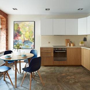 Неиссякаемый источник вдохновения для домашнего уюта: угловая кухня среднего размера в современном стиле с обеденным столом, одинарной раковиной, плоскими фасадами, белыми фасадами, бежевым фартуком и техникой из нержавеющей стали без острова