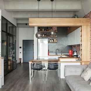 Diseño de cocina en U, industrial, abierta, con fregadero encastrado, puertas de armario blancas, encimera de madera, salpicadero metalizado, salpicadero de metal, península, armarios con paneles lisos y suelo de madera oscura