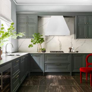 Стильный дизайн: угловая кухня в стиле современная классика с фасадами с выступающей филенкой, серыми фасадами, белым фартуком, коричневым полом и белой столешницей - последний тренд
