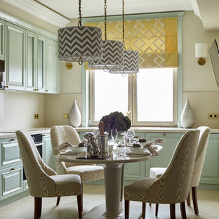 Idee per una cucina chic con ante con bugna sagomata, ante verdi, paraspruzzi beige, elettrodomestici neri, nessuna isola, pavimento beige e top beige