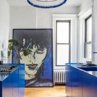 Свежая идея для дизайна: параллельная, отдельная кухня в современном стиле с монолитной раковиной, плоскими фасадами, синими фасадами, паркетным полом среднего тона, бежевым полом и синей столешницей без острова - отличное фото интерьера