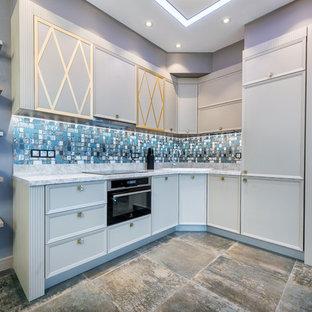 Неиссякаемый источник вдохновения для домашнего уюта: угловая кухня-гостиная в стиле современная классика с накладной раковиной, фасадами с утопленной филенкой, белыми фасадами, техникой из нержавеющей стали, серым полом и синей столешницей без острова