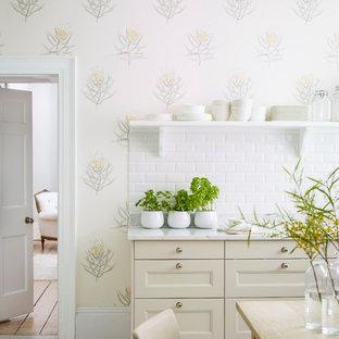 Стильный дизайн: кухня в стиле современная классика с фасадами с утопленной филенкой, бежевыми фасадами, белым фартуком, фартуком из плитки кабанчик, деревянным полом и белым полом - последний тренд