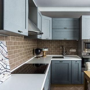Идея дизайна: угловая кухня в стиле современная классика с обеденным столом, врезной раковиной, серыми фасадами, коричневым фартуком, техникой из нержавеющей стали, коричневым полом, фасадами в стиле шейкер и фартуком из плитки кабанчик без острова