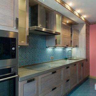モスクワの中サイズのアジアンスタイルのおしゃれなキッチン (一体型シンク、落し込みパネル扉のキャビネット、淡色木目調キャビネット、人工大理石カウンター、青いキッチンパネル、セラミックタイルのキッチンパネル、黒い調理設備、磁器タイルの床、ターコイズの床) の写真