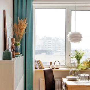 サンクトペテルブルクの小さいコンテンポラリースタイルのおしゃれなキッチン (ラミネートの床、茶色い床) の写真