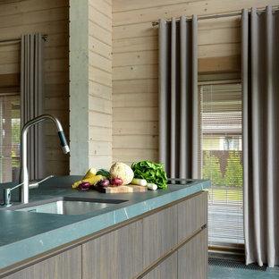 Свежая идея для дизайна: кухня в стиле кантри с плоскими фасадами, темными деревянными фасадами, островом, синим полом и синей столешницей - отличное фото интерьера